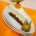 Jemná tvarohová torta s broskyňami a physalisom