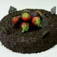Extračokoladová torta s čerstvými jahodami namačané v pravej belgickej čokoláde